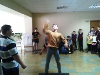 Соревнования юношей по подниманию гири