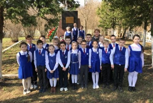 Экскурсия учеников 4 «Д» класса к памятнику 17 героям – бронебойщикам у Майсюковой будки